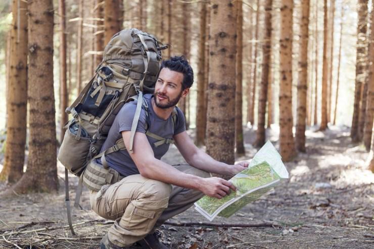 Mann wandert alleine im Wald